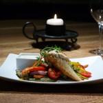 Csirke supreme vaslapon sült zöldségekkel, fokhagymamártással